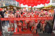 Seminaked in Red - Desigual - Sa 27.12.2014 - Kunden in Unterw�sche st�rmen das Gesch�ft74