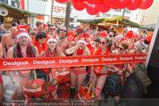 Seminaked in Red - Desigual - Sa 27.12.2014 - Kunden in Unterw�sche st�rmen das Gesch�ft75