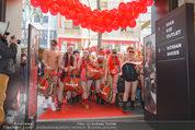 Seminaked in Red - Desigual - Sa 27.12.2014 - Kunden in Unterw�sche st�rmen das Gesch�ft76