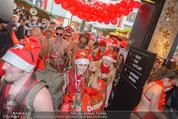 Seminaked in Red - Desigual - Sa 27.12.2014 - Kunden in Unterw�sche st�rmen das Gesch�ft80