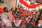 Seminaked in Red - Desigual - Sa 27.12.2014 - Kunden in Unterw�sche st�rmen das Gesch�ft83