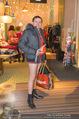 Seminaked in Red - Desigual - Sa 27.12.2014 - Kunden in Unterw�sche91