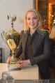 Schiller Neujahrscocktail - Hilton am Stadtpark - Do 08.01.2015 - Kathrin GLOCK mit Pokal, Auszeichnung52