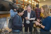 Peter Weibel Konzert - 21er Haus - Sa 10.01.2015 - Peter WEIBEL gibt Autogramme81