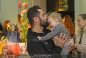 Humanic - Labstelle W1 - Di 27.01.2015 - Fadi MERZA mit (fremdem) Baby, Kleinkind81