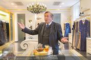 Lugner Ballkleid Anprobe - Popp & Kretschmer - Mo 02.02.2015 - Richard LUGNER (ist verk�hlt und trinkt Tee)4