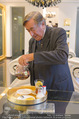 Lugner Ballkleid Anprobe - Popp & Kretschmer - Mo 02.02.2015 - Richard LUGNER (ist verk�hlt und trinkt Tee)5