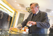 Lugner Ballkleid Anprobe - Popp & Kretschmer - Mo 02.02.2015 - Richard LUGNER (ist verk�hlt und trinkt Tee)8