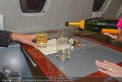 Elisabetta Canalis Abholung - Privatflug Mailand-Wien - Di 10.02.2015 - Champagner im Wasserglas12