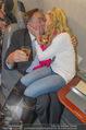Elisabetta Canalis Abholung - Privatflug Mailand-Wien - Di 10.02.2015 - Richard und Cathy LUGNER (Kussfoto)13