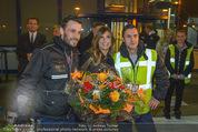 Elisabetta Canalis Abholung - Privatflug Mailand-Wien - Di 10.02.2015 - Elisabetta CANALIS macht Fotos mit Flughafenangestellten32