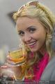 Elisabetta Canalis Abholung - Privatflug Mailand-Wien - Di 10.02.2015 - Cathy LUGNER mit Glas Champagner (trinken, anstossen, Alkohol)7
