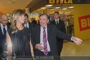 Elisabetta Canalis PK und Autogrammstunde - Lugner KinoCity - Mi 11.02.2015 - Elisabetta CANALIS, Richard LUGNER gehen durchs Einkaufszentrum40