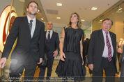 Elisabetta Canalis PK und Autogrammstunde - Lugner KinoCity - Mi 11.02.2015 - Elisabetta CANALIS, Richard LUGNER gehen durchs Einkaufszentrum42
