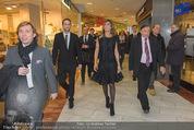 Elisabetta Canalis PK und Autogrammstunde - Lugner KinoCity - Mi 11.02.2015 - Elisabetta CANALIS, Richard LUGNER gehen durchs Einkaufszentrum43