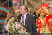 Elisabetta Canalis PK und Autogrammstunde - Lugner KinoCity - Mi 11.02.2015 - Elisabetta CANALIS, Richard LUGNER auf der B�hne49