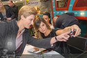Elisabetta Canalis PK und Autogrammstunde - Lugner KinoCity - Mi 11.02.2015 - Elisabetta CANALIS macht Selfie mit Fan71