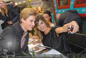 Elisabetta Canalis PK und Autogrammstunde - Lugner KinoCity - Mi 11.02.2015 - Elisabetta CANALIS macht Selfie mit Fan72