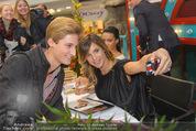 Elisabetta Canalis PK und Autogrammstunde - Lugner KinoCity - Mi 11.02.2015 - Elisabetta CANALIS macht Selfie mit Fan73