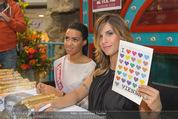 Elisabetta Canalis PK und Autogrammstunde - Lugner KinoCity - Mi 11.02.2015 - Elisabetta CANALIS mit �i love Vienna�Tafel76