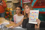 Elisabetta Canalis PK und Autogrammstunde - Lugner KinoCity - Mi 11.02.2015 - Elisabetta CANALIS mit �i love Vienna�Tafel77