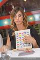 Elisabetta Canalis PK und Autogrammstunde - Lugner KinoCity - Mi 11.02.2015 - Elisabetta CANALIS mit �i love Vienna�Tafel80