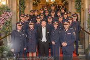 Opernball 2015 - Feststiege - Wiener Staatsoper - Do 12.02.2015 - Dominique MEYER mit Polizisten17