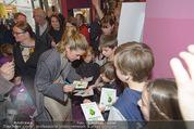 Kinopremiere ´Gespensterjäger´ - Village Cinemas - Do 02.04.2015 - Anke ENGELKE schreibt Autogramme26