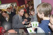 Kinopremiere ´Gespensterjäger´ - Village Cinemas - Do 02.04.2015 - Anke ENGELKE schreibt Autogramme27