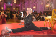 Dancer against Cancer - Hofburg - Sa 11.04.2015 - Brigitte KREN mit einen Spagat366