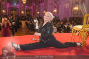 Dancer against Cancer - Hofburg - Sa 11.04.2015 - Brigitte KREN mit einen Spagat367