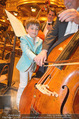Hibla Gerzmava Charity - Musikverein - Do 30.04.2015 - Tiago (Sohn von A. Netrebko) versucht sich am Chello (?)80