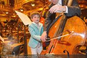 Hibla Gerzmava Charity - Musikverein - Do 30.04.2015 - Tiago (Sohn von A. Netrebko) versucht sich am Chello (?)81