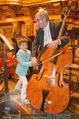Hibla Gerzmava Charity - Musikverein - Do 30.04.2015 - Tiago (Sohn von A. Netrebko) versucht sich am Chello (?)82