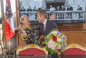 Staatsakt 60 Jahre Staatsvertrag - Oberes Belvedere - Fr 15.05.2015 - Agnes HUSSLEIN, Josef OSTERMAYER (Wirft Blumenstrauss statt Glas147