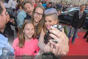 Solidarity Gala - Hofburg - Sa 16.05.2015 - Kelly OSBOURNE (macht Selfies mit Fans)1