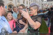 Solidarity Gala - Hofburg - Sa 16.05.2015 - Kelly OSBOURNE (macht Selfies mit Fans)19