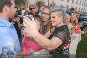 Solidarity Gala - Hofburg - Sa 16.05.2015 - Kelly OSBOURNE (macht Selfies mit Fans)20