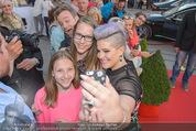 Solidarity Gala - Hofburg - Sa 16.05.2015 - Kelly OSBOURNE (macht Selfies mit Fans)21