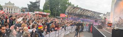 The MakeMakes Live - Rathausplatz - Do 21.05.2015 - Rathaus, Publikum, G�ste, Stimmung, Menschenmasse, Besucher,Fan24