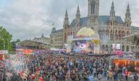 The MakeMakes Live - Rathausplatz - Do 21.05.2015 - Rathaus, Publikum, G�ste, Stimmung, Menschenmasse, Besucher,Fan38