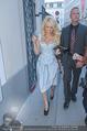 Pamela Anderson Shoppingtour - Innenstadt Wien - Do 18.06.2015 - Pamela ANDERSON spaziert durch Wien Vienna mit Weinglas18