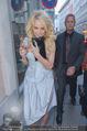 Pamela Anderson Shoppingtour - Innenstadt Wien - Do 18.06.2015 - Pamela ANDERSON spaziert durch Wien Vienna mit Weinglas22