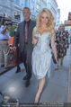 Pamela Anderson Shoppingtour - Innenstadt Wien - Do 18.06.2015 - Pamela ANDERSON spaziert durch Wien Vienna mit Weinglas28