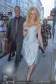 Pamela Anderson Shoppingtour - Innenstadt Wien - Do 18.06.2015 - Pamela ANDERSON spaziert durch Wien Vienna mit Weinglas29