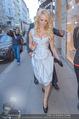 Pamela Anderson Shoppingtour - Innenstadt Wien - Do 18.06.2015 - Pamela ANDERSON spaziert durch Wien Vienna mit Weinglas34