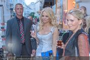 Pamela Anderson Shoppingtour - Innenstadt Wien - Do 18.06.2015 - Pamela ANDERSON spaziert durch Wien Vienna mit Weinglas35