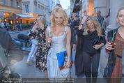 Pamela Anderson Shoppingtour - Innenstadt Wien - Do 18.06.2015 - Pamela ANDERSON spaziert durch Wien Vienna mit Weinglas36