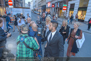 Pamela Anderson Shoppingtour - Innenstadt Wien - Do 18.06.2015 - Pamela ANDERSON spaziert durch Wien Vienna mit Weinglas37