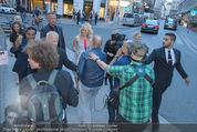 Pamela Anderson Shoppingtour - Innenstadt Wien - Do 18.06.2015 - Pamela ANDERSON spaziert durch Wien Vienna mit Weinglas38